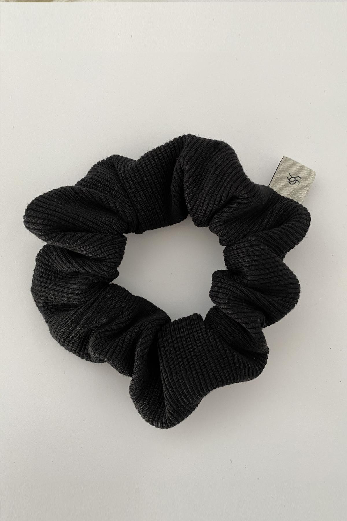 czarna gumka do włosów deep black